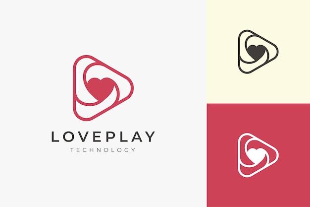 Romance on love logo con forma di gioco triangolare pulita e semplice