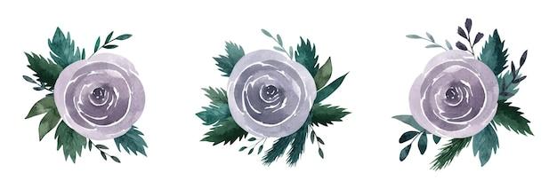 Rose con foglie verde scuro, ramoscelli e rami di abete rosso