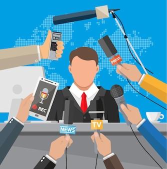 Podio, tribuna e mani di giornalisti con microfoni e registratori vocali digitali