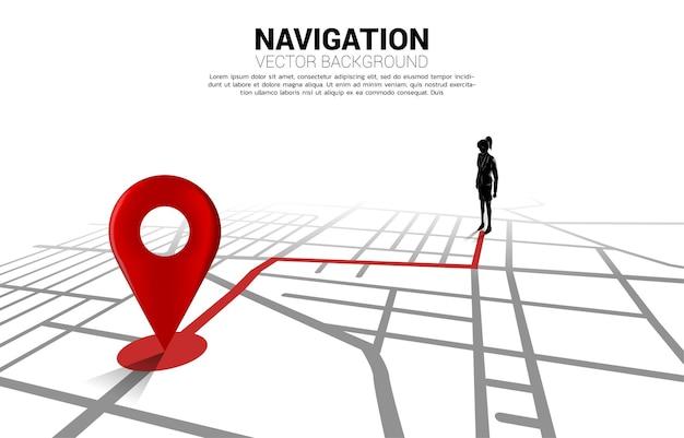 Percorso tra gli indicatori di posizione 3d e la donna d'affari sulla mappa stradale della città.