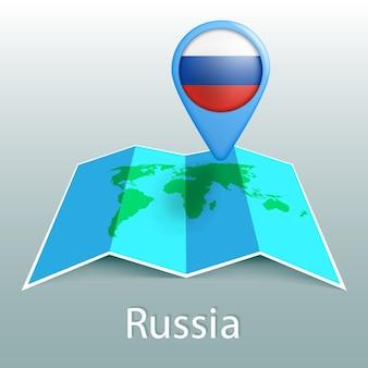 Mappa del mondo di bandiera russia nel pin con il nome del paese su sfondo grigio