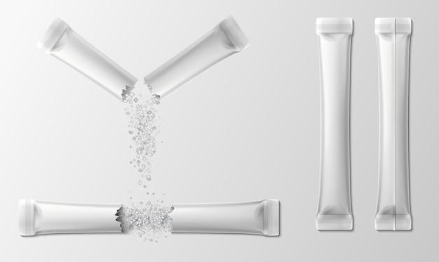 Bustina con zucchero. confezione realistica di bastoncini di sale o caffè strappati con cristalli che cadono. confezione in plastica per prodotti in polvere. insieme di vettore del modello 3d. bustina di zucchero in polvere per caffè, illustrazione della confezione
