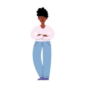 Triste giovane donna afro-americana in piedi e incrociando le braccia