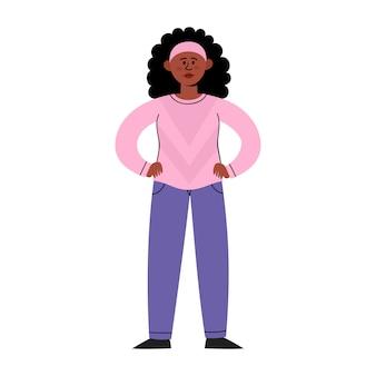 Triste giovane donna afro-americana in piedi con le mani sulla cintura isolato su bianco
