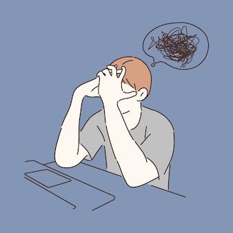 Uomo triste che nasconde la sua faccia nella disperazione davanti al computer portatile. confusione, concetto di disturbo mentale.