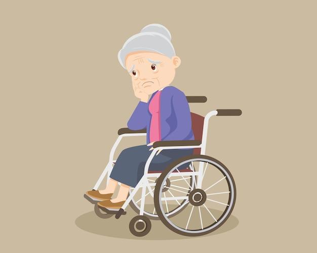 Donna maggiore triste che si siede su una sedia a rotelle