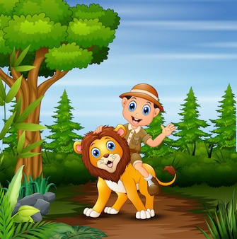 Ragazzo di safari con il leone che cammina nella giungla