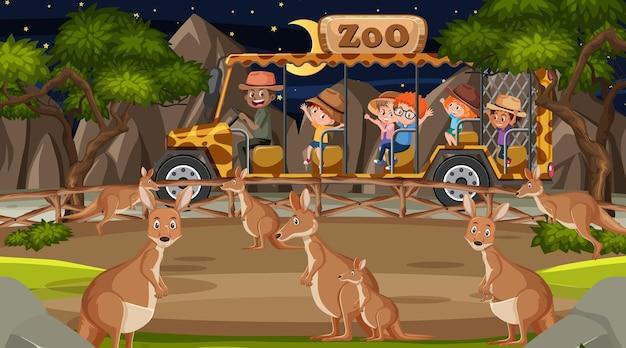 Safari di notte con molti bambini che guardano un gruppo di canguri