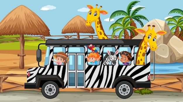 Scena del safari di giorno con bambini e animali sull'autobus