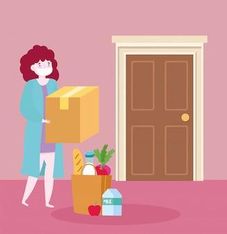 Consegna sicura a casa durante il coronavirus covid-19, giovane donna con maschera, sacchetto della spesa e scatola