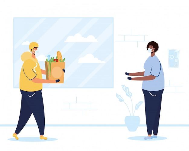 Addetto alla consegna di alimenti sicuri con borsa della spesa e cliente
