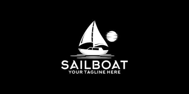 Design del logo vintage della barca a vela di notte