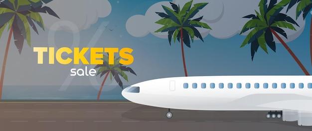 Vendita di banner di biglietti aerei. spiaggia di sabbia con palme.