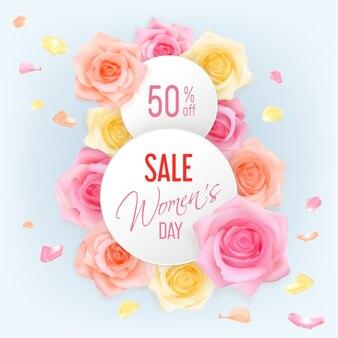 Insegne rotonde di vendita per la giornata della donna con vista dall'alto di rose e petali su uno sfondo chiaro. testo 50 di sconto sulla festa della donna