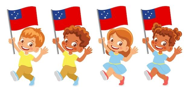 Bandiera delle samoa in mano. bambini che tengono bandiera. bandiera nazionale delle samoa