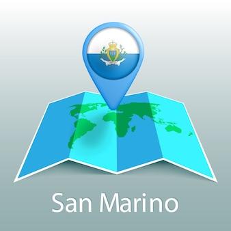 Mappa del mondo di bandiera san marino nel pin con il nome del paese su sfondo grigio