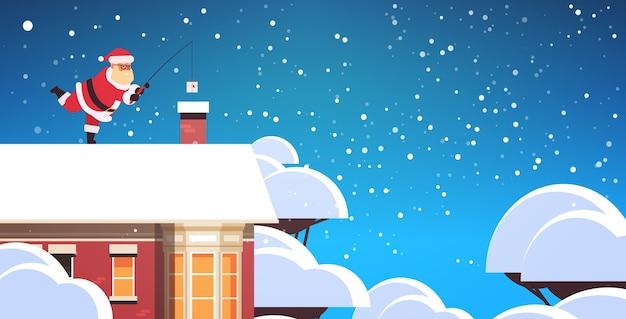 Babbo natale sul tetto vicino al camino utilizzando la canna da pesca buon natale concetto di vacanza nevicate invernali biglietto di auguri illustrazione vettoriale orizzontale a figura intera