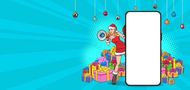 Ragazza di babbo natale che sbircia da dietro il telefono cellulare con il megafono in stile fumetto retrò vintage pop art