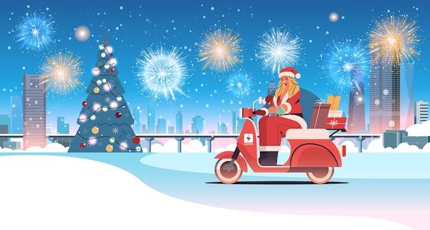 Santa, donna, consegna, regali, su, scooter, buon natale, felice anno nuovo, festa, celebrazione, concetto, fuochi d'artificio, in, cielo, inverno, paesaggio urbano, fondo, orizzontale, piena lunghezza, vettore, illustrazione