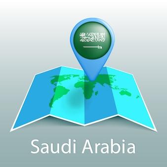 Mappa del mondo di bandiera dell'arabia saudita nel perno con il nome del paese su sfondo grigio