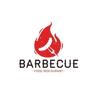 Modello di logo di barbecue con fiamma di salsiccia