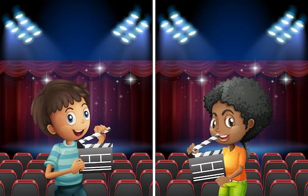 Scena con un ragazzo e una ragazza con la tavola che sventola in teatro