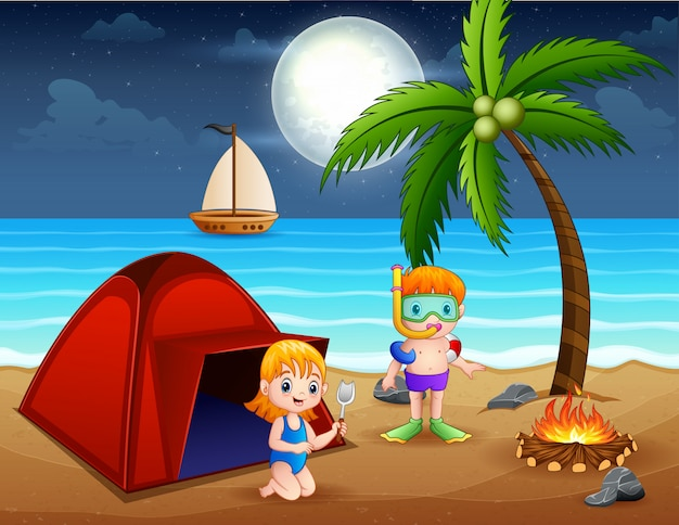 Scena con bambini che si divertono sulla spiaggia di notte