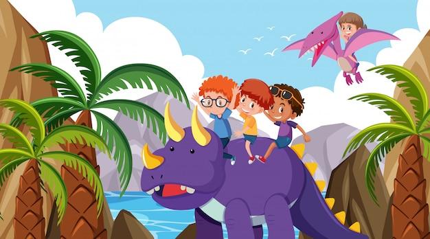 Scena con bambini che guidano i dinosauri nella foresta