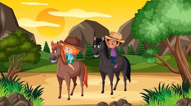 Scena con due bambini a cavallo nei boschi