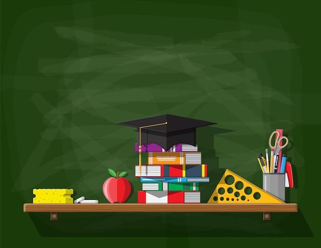 Lavagna della scuola o dell'università. modello di bordo con cappello educativo, libri, righello, gesso spugna penna matita mela. conoscenza accademica e scolastica, istruzione e laurea.
