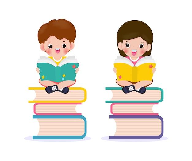 Scolari seduti e leggendo un libro sulla pila di libri
