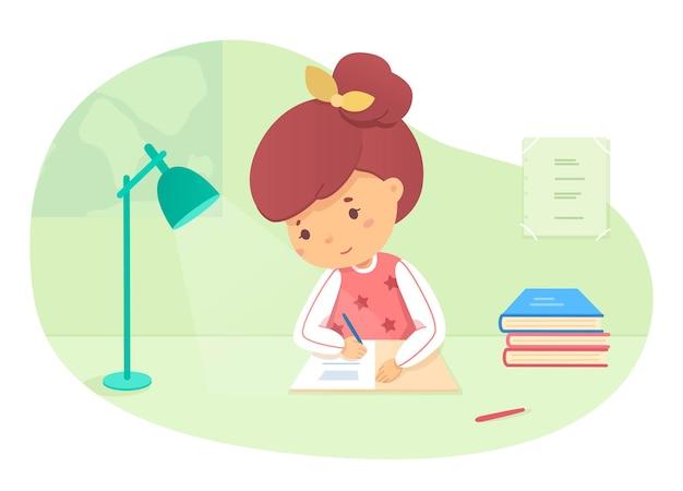 La ragazza sorridente sveglia della scolara che fa i compiti scrive nel taccuino si siede alla lampada da tavolo brilla