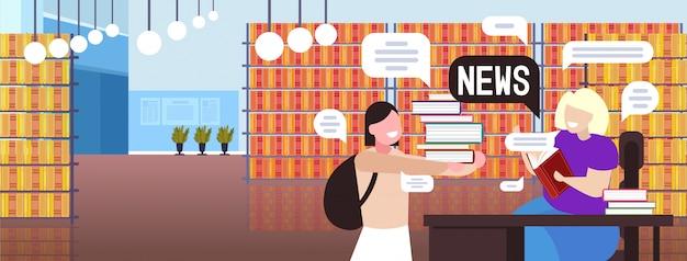 Studentessa e insegnante discutendo notizie quotidiane chat bolla concetto di comunicazione. illustrazione orizzontale del ritratto interno della biblioteca moderna