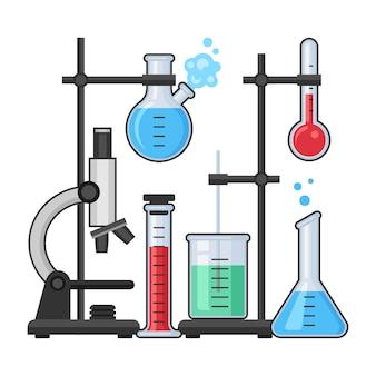 Apparecchiature scientifiche nel laboratorio di chimica con microscopio, provetta di vetro e pallone.