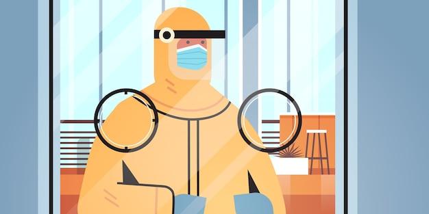 Scienziato che sviluppa il vaccino contro il coronavirus in un ricercatore di laboratorio in tuta protettiva in piedi dietro lo sviluppo di un vaccino di vetro lotta contro il concetto di covid-19 illustrazione orizzontale