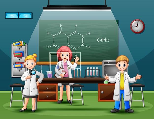 Scienziato maschio e femmina che fanno ricerca ed esperimenti