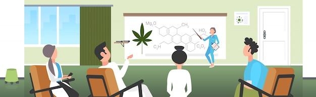 Scienziato che presenta la molecola di droga di canapa cbd thc cannabis per team di medici alla conferenza incontro concetto di presentazione formula formula di marijuana medica orizzontale