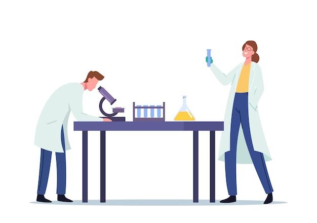 Scienziati che conducono esperimenti e ricerche scientifiche nel laboratorio di scienze, l'uomo guarda al microscopio, il tecnico della donna che tiene il pallone. chimica, scienze microbiologiche. fumetto illustrazione vettoriale