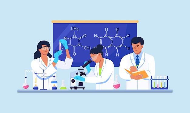 Scienziati che conducono ricerche scientifiche, analisi e test sui vaccini. personale di laboratorio di scienze biochimiche che esegue vari esperimenti. sviluppi e scoperte in microbiologia, chimica