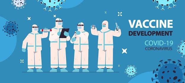 Scienziati che sviluppano un vaccino per combattere il coronavirus team di ricercatori in tute protettive che lavorano nell'illustrazione orizzontale del concetto di sviluppo del vaccino del laboratorio medico