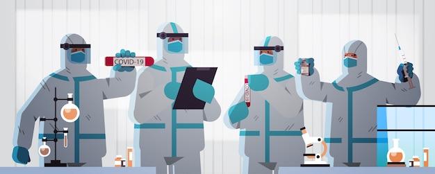Gruppo di scienziati che sviluppano vaccini per combattere contro il coronavirus team di ricercatori in tute protettive che lavorano nell'illustrazione orizzontale del concetto di sviluppo del vaccino del laboratorio medico