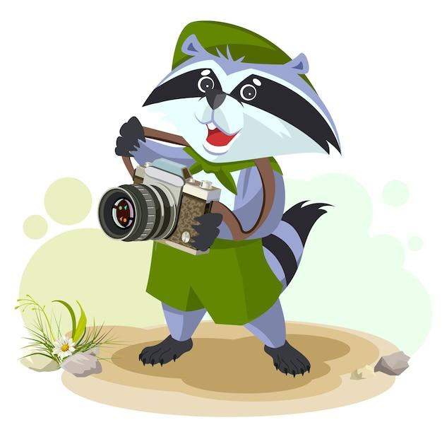 Procione scout con fotocamera isolata su bianco