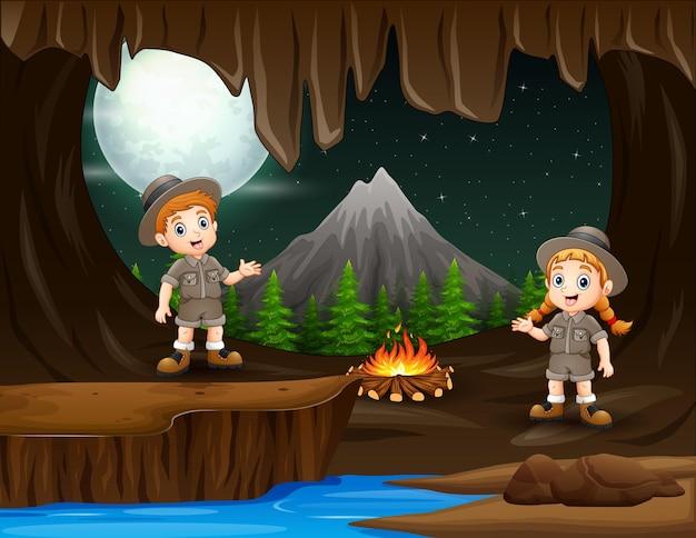 Esploratori che si accampano nell'illustrazione buia della grotta