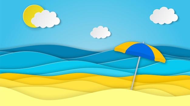 Paesaggio del mare con spiaggia con ombrellone, onde, nuvole.