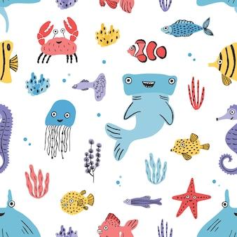 Modello senza cuciture di vita di mare. alghe disegnate a mano, pesce palla, pesce palla, granchio, squalo martello, balena, stella marina, squalo, cavalluccio marino, manta. trama di illustrazione vettoriale colorato.