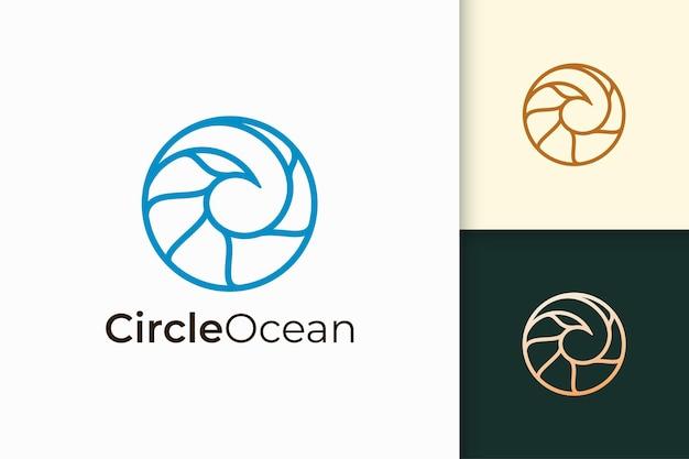Il logo del mare o dell'oceano a forma di cerchio semplice rappresenta la spiaggia o il surf