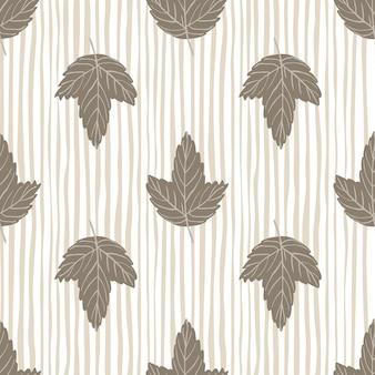 Modello pallido autunno senza cuciture con ornamento di foglie di acero grigio. sfondo a righe beige.