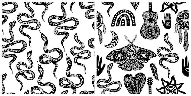 Set di modelli celesti senza soluzione di continuità, simboli boho bianco-nero senza cuciture. sagome di arcobaleno, chitarra, falena, mano, serpente, piuma, acchiappasogni, luna, sole. illustrazione vettoriale in stile linoleografia.