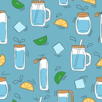 Modello senza cuciture sul blu - bottiglie di acqua di vetro disegnate a mano. decor da arance, ghiaccio, kiwi. concetto di bevande fresche estive