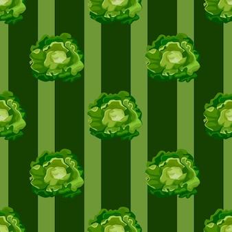 Modello senza cuciture insalata di butterhead su sfondo a strisce verde scuro. ornamento semplice con lattuga.